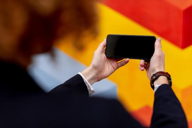 Onherkenbare man met smartphone met zwart scherm