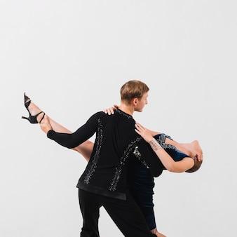 Onherkenbare man met vrouw tijdens de dans