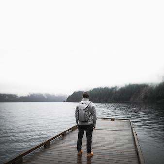 Onherkenbare man op houten pier