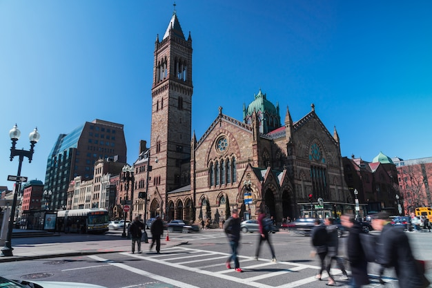 Onherkenbare menigte voetgangers met toeristen- en verkeerskruising rond boston old south church in massachusetts, verenigde staten van amerika