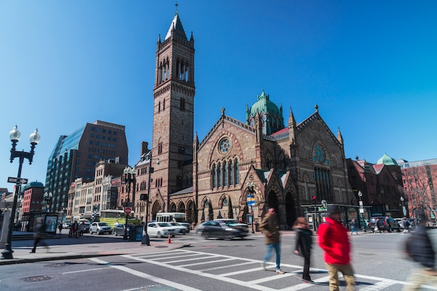 Onherkenbare menigte voetgangers met toeristische en verkeersweg kruispunt rond boston old south church in massachusetts, verenigde staten van amerika