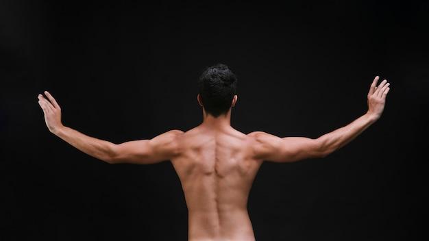 Onherkenbare performer die armen uitstrekt tijdens dans
