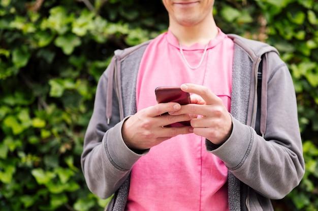 Onherkenbare tiener die bericht typt op smartphone