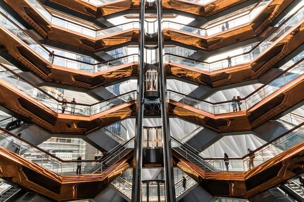 Onherkenbare verschillende toeristen bezoeken het nieuwste monument van new york