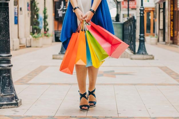 Onherkenbare vrouw met boodschappentassen