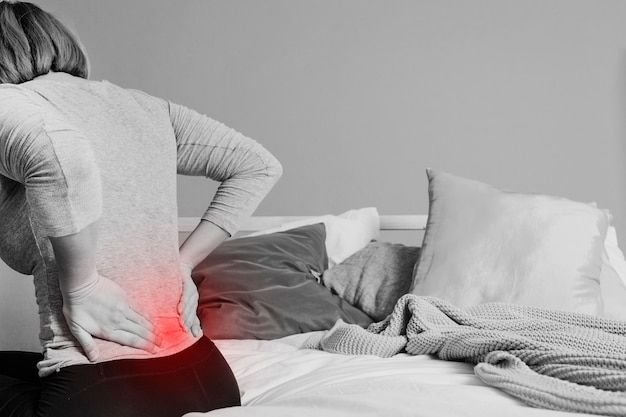 Onherkenbare vrouw met pijnlijke rug