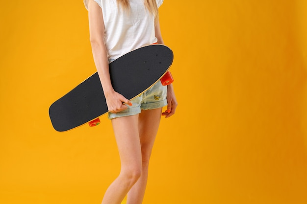 Onherkenbare vrouw met skateboard.