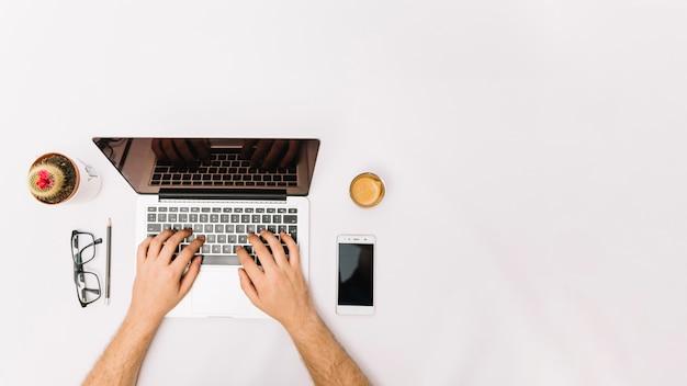 Onherkenbare werknemer die met laptop werkt