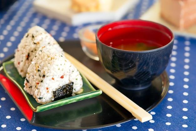 Onigiri-rijstballen met ingelegde gember en miso-soep