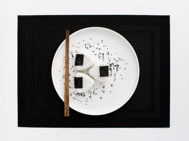 Onigri-sushi met eetstokjes op plaat