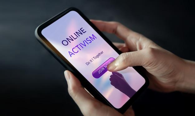 Online activismeconcept. vrouwtjes die mobiele telefoon gebruiken om zich aan te melden voor een sociale internetbeweging. close-up shot