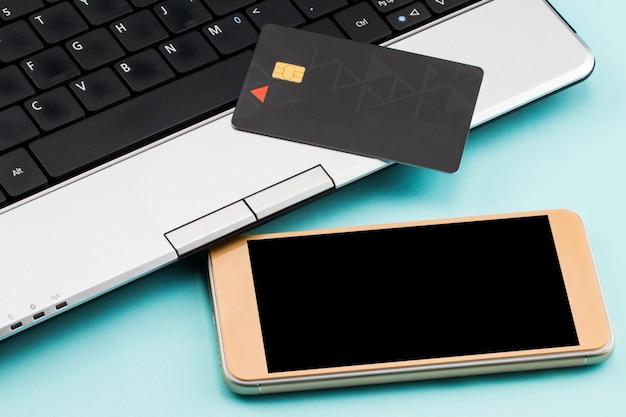 Online betalen, laptop, creditcard en smartphone om online te winkelen