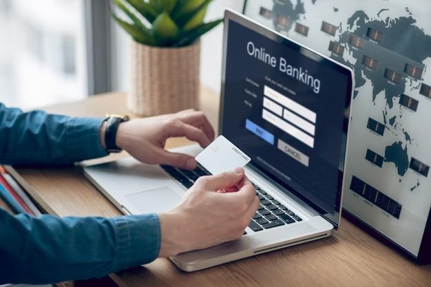 Online betaling. close-up foto van mans handen met een creditcard