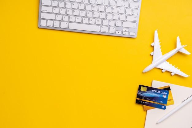 Online betaling voor reizen met bovenaanzicht van winkelwagentje