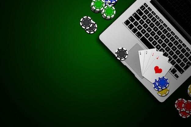 Online casino, laptop, chipskaarten op groen