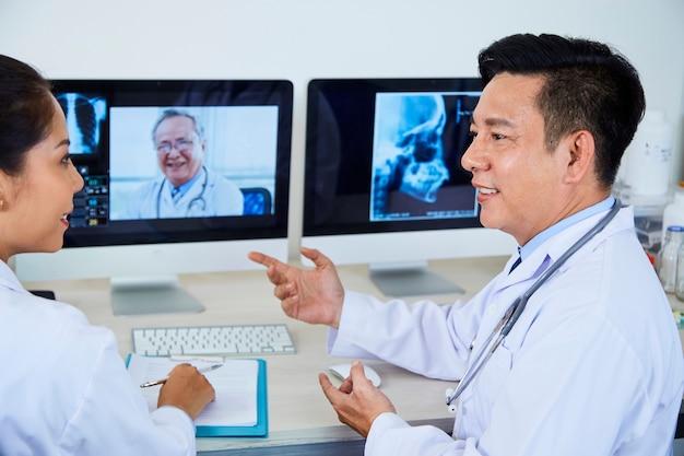 Online conferentie tussen artsen op kantoor
