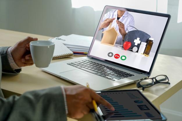 Online consult telegeneeskunde naar medicijnman verblijf thuis video-oproep met haar arts gezondheidszorg coronavirus