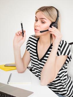 Online cursussen op afstand student praten over een koptelefoon