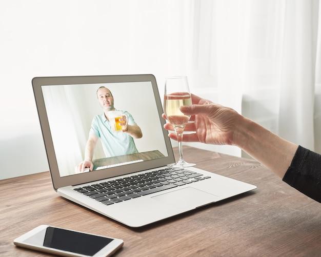 Online dating op afstand tijdens quarantaine en zelfisolatie.