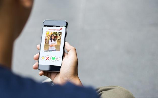 Online dating, zwendel concept. man handen met behulp van slimme telefoon