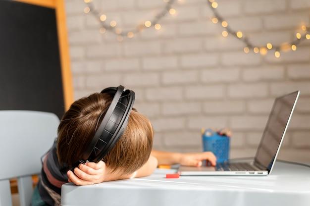 Online interacties op school met verveeld kind