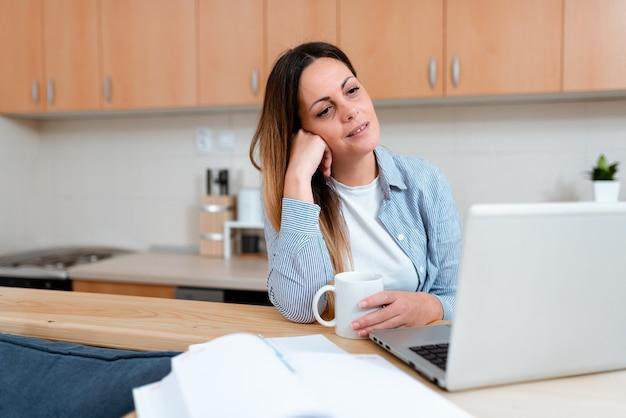 Online keukenreinigingstips zoeken, door nieuwe voedselrecepten bladeren, collegelessen geven, computerpresentatie-idee, virtuele klasvergadering, kantoorwerk op afstand