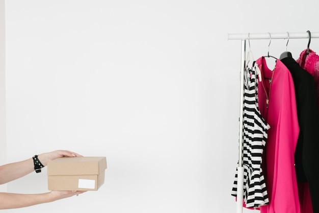 Online kleding kopen goederen leveren schoenendoos
