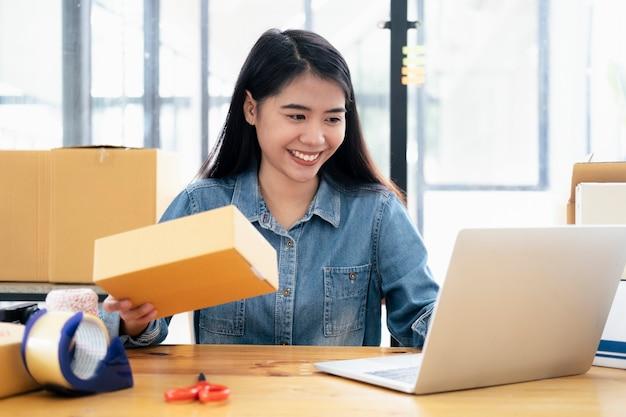 Online kleine bedrijfseigenaar die bestelling controleert.
