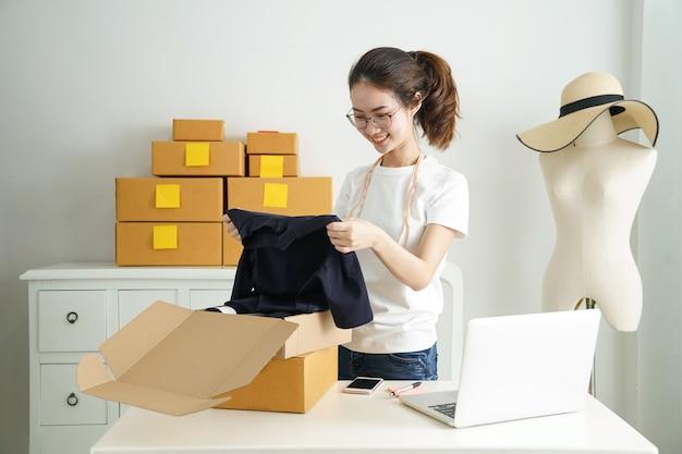 Online kleine bedrijfseigenaar, jonge bedrijf start online verkoperseigenaar gebruikend computer