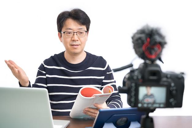 Online leerconcept. een aziatische mannelijke leraar op middelbare leeftijd die voorbereidingen treft om online te leren.