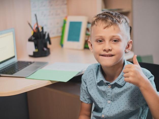 Online leerklasse studie online videogesprek zoomleraar, gelukkige jongen leert engels online met laptop thuis nieuw normaal covid-19 coronavirus sociale afstand blijf thuis