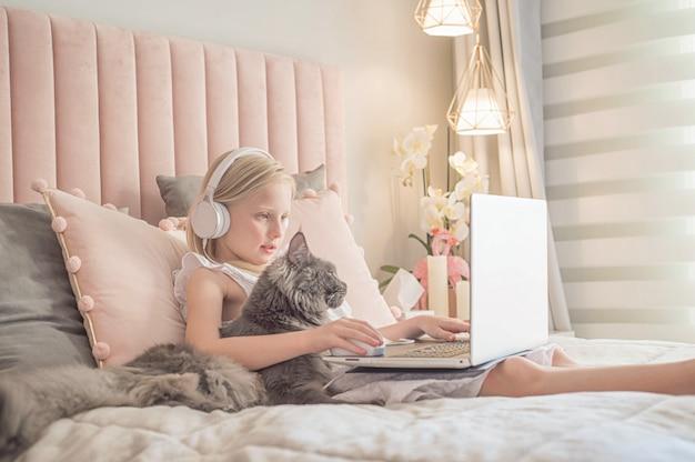 Online leren op afstand. schoolkinderen met computer met videoconferentie-chat met leraar en klasgroep.