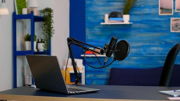 Online live podcast studio bureau met microfoon in thuisstudio van vlogger