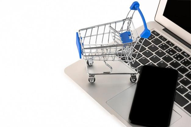 Online, mobiel winkelconcept geïsoleerd op een witte achtergrond. kopieer de ruimte