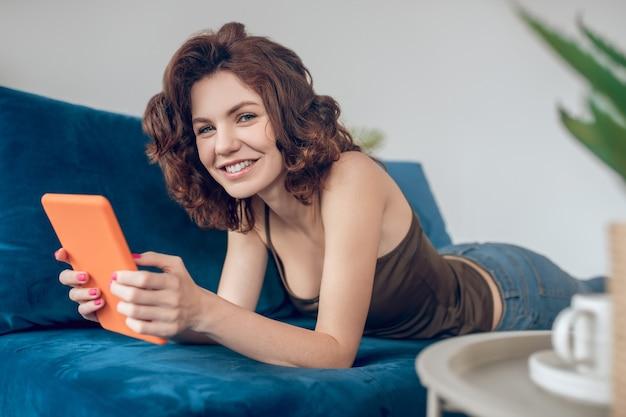 Online. mooie vrouw die online naar iets kijkt en geïnteresseerd kijkt
