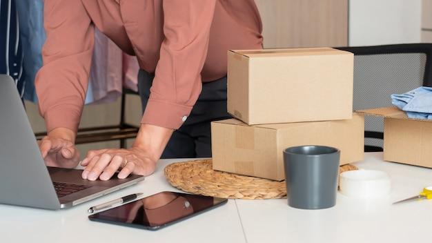 Online ondernemers van kleine bedrijven die in een winkel werken en producten voorbereiden om te leveren aan klanten, opstarten en online bedrijfsconcept.