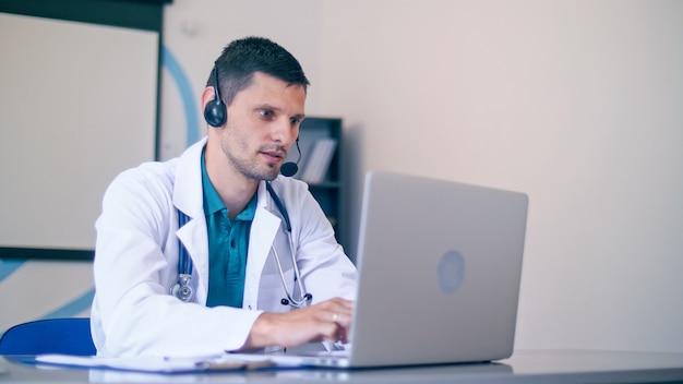 Online patiëntenconsultatie op afstand vanuit een zorgziekenhuis.