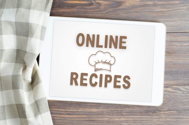 Online recepten. app op smartphone. bruine houten achtergrond.