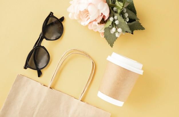 Online shopping concept, drie kleurrijke papieren boodschappentassen op notebook toetsenbord. e-commerce is de aankoop van producten en diensten.