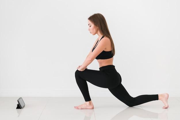 Online sporttraining en vrouw die oefeningen doen