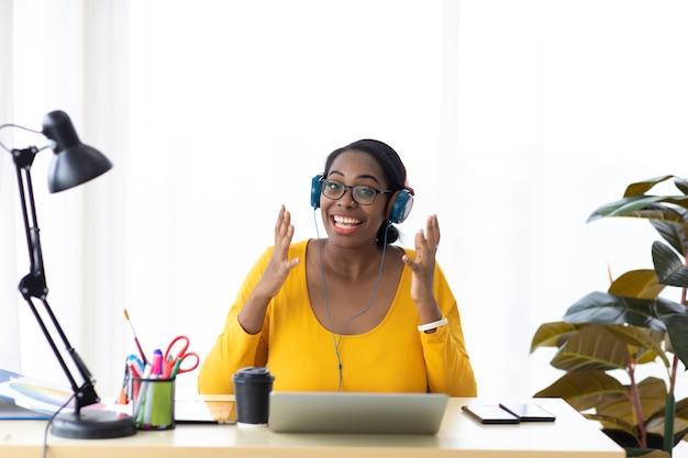 Online vergaderen en klantenservice. virtuele vergadering, videogesprek. afro-amerikaanse zakenvrouw gesprek met multiraciale collega's door middel van video-oproep camera kijken.