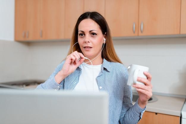 Online vergaderen op kantoor, videoconferentie op school, op afstand werken ideeën, lezingen geven, idee voor computerpresentatie, belangrijke notities schrijven, zoeken op internet