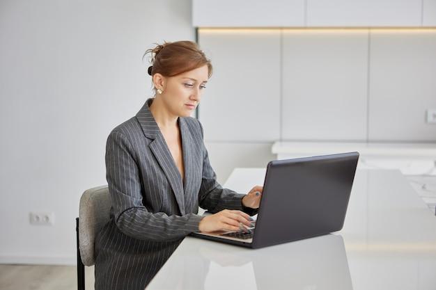 Online vergaderen tijdens het werken op afstand volwassen vrouw gebruikt videobellen met collega's op afstand