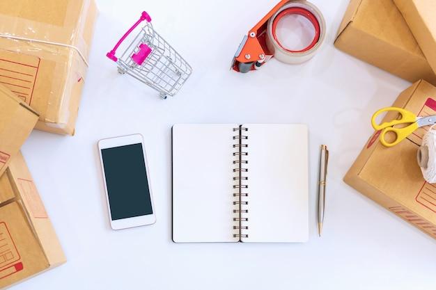 Online verkoop van apparatuur op tafel thuis op kantoor. bedrijfs- en technologieconcept.