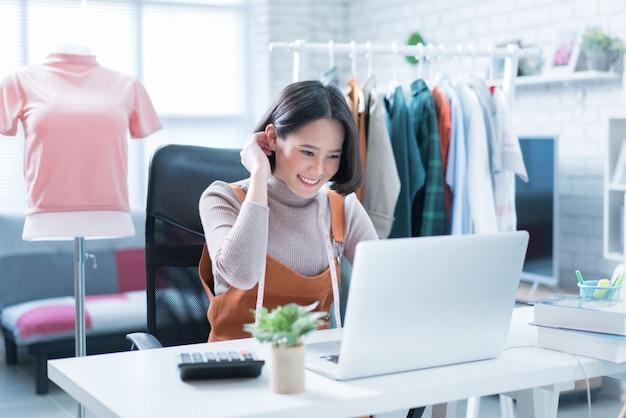 Online verkopen beantwoorden de vragen van klanten via hun laptops