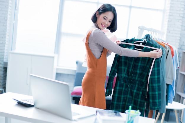 Online verkopers van vrouwen verkopen kleding