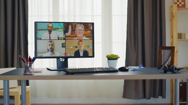 Online videoconferentie vanuit thuiskantoor.