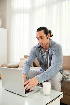 Online werken op laptop