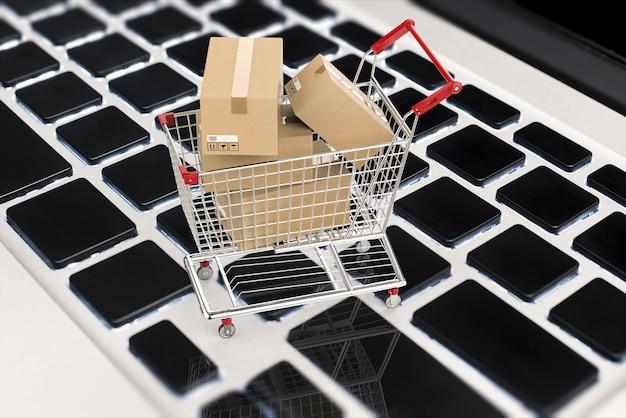 Online winkelconcept met 3d-rendering kartonnen dozen in winkelwagen
