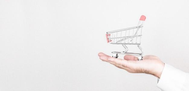 Online winkelconcept met miniatuurboodschappenwagentje